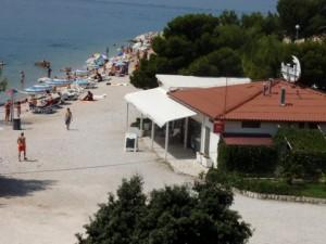 plaža sa restauranom Lučica - pogled sa balkona kuće